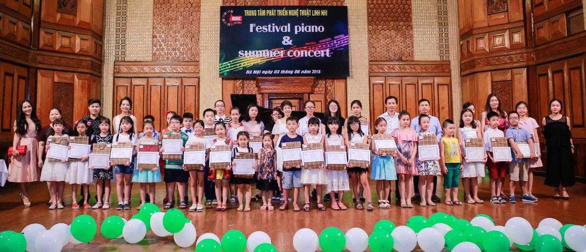 Thạc sĩ Cù Thị Minh Giang (giữa) cùng thầy trò trong festival piano & summer concert 2018
